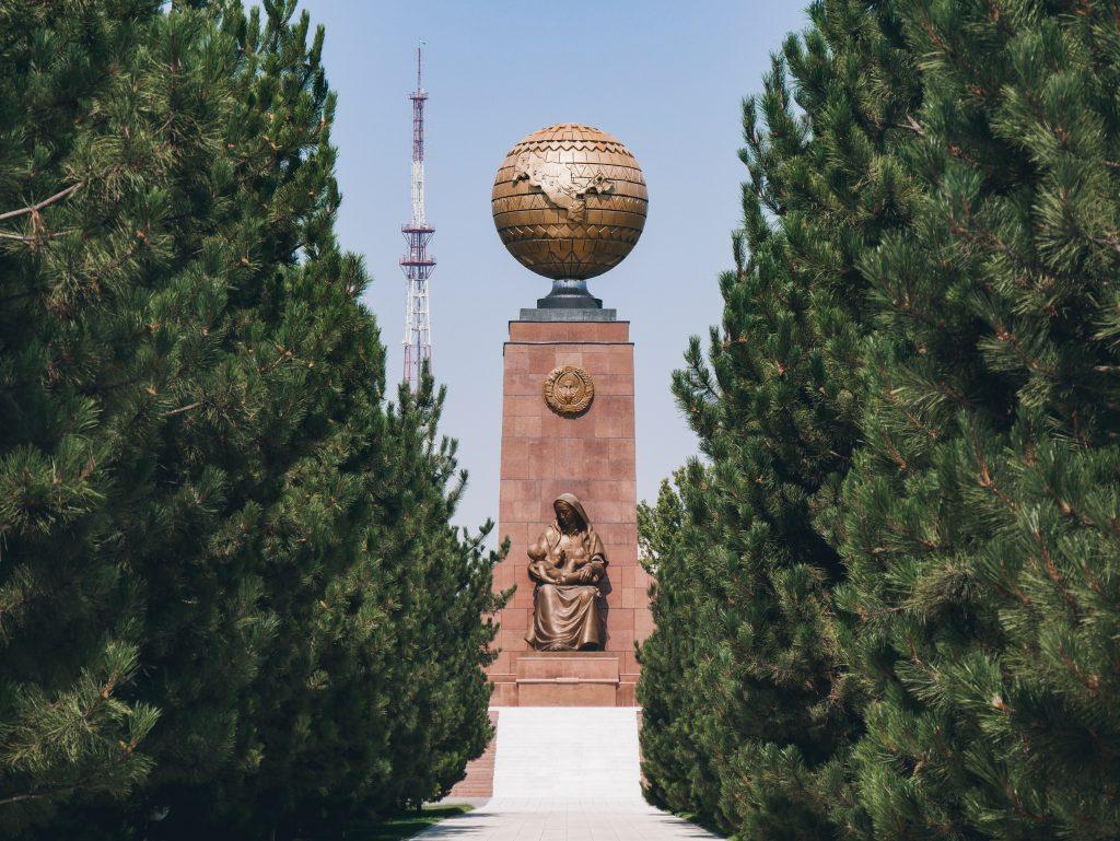 Tachkent - monument de l'indépendance - Mustaqillik Maïdoni