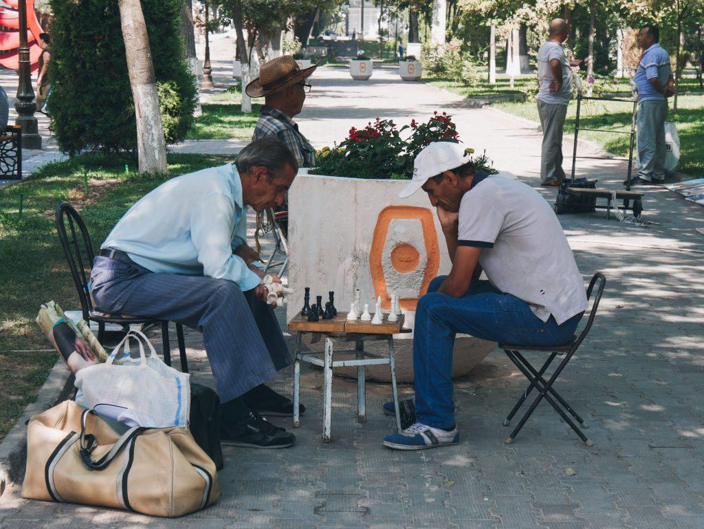 Joueurs d'échecs à deux pas de la Place Amir Timur