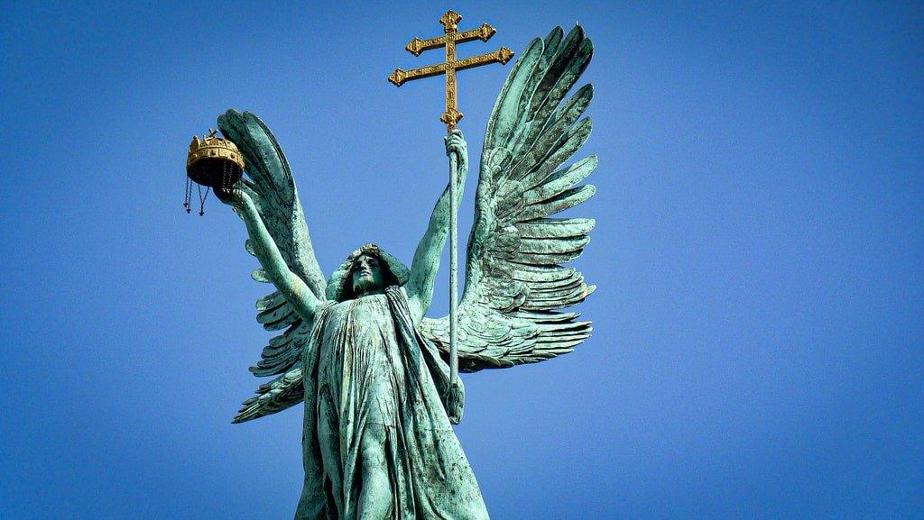 Budapest - Place des Héros - statue de l'Archange Gabriel