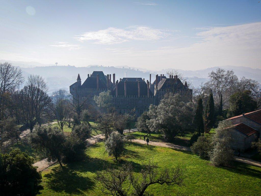 Vue sur le Palais des Ducs de Bragance depuis le Château de Guimarães